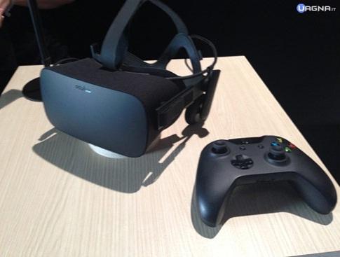 Oculus Rift e joypad Xbox sopra un tavolo